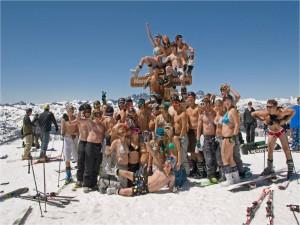 In Bikini und Badehose am weißen Catwalk Copyright: nassfeld.at, Abdruck honorarfrei