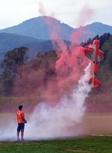Modellflugpilot Balzer begeistert Besucher bei der Flughshow (c) Gassner & Hluma Communications, Abdruck honorarfrei