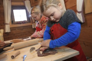 In der Backwerkstatt feine Kekse ausstechen Copyright: Steiermark Tourismus, Harry Schiffer