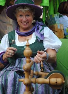 Am Spinnrad weiche Wolle drehen Copyright: TRV HOCHsteiermark