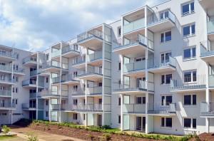 Beim Bauwerk der OÖ Wohnbau sind die zu begrünenden Hälften der großen Balkone so angeordnet, dass sie nicht überdacht sind und Regen aufnehmen können (c) Gassner & Hluma Communications, Schöck