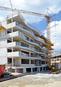 Das Projekt der Wohnbaugenossenschaft Familie besticht eine durch wellenförmige Balkonlandschaft (c) Gassner & Hluma Communications, Schöck